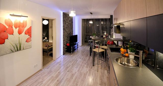 Aranżacja wąskiego i długiego pomieszczenia z kuchnią i salonem
